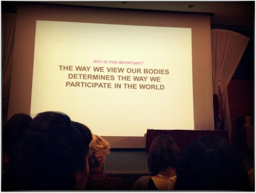 """Jes Baker bei ihrer Eröffnungsrede: """"Wie wir unsere Körper sehen, bestimmt, wie wir an der Welt teilnehmen."""""""