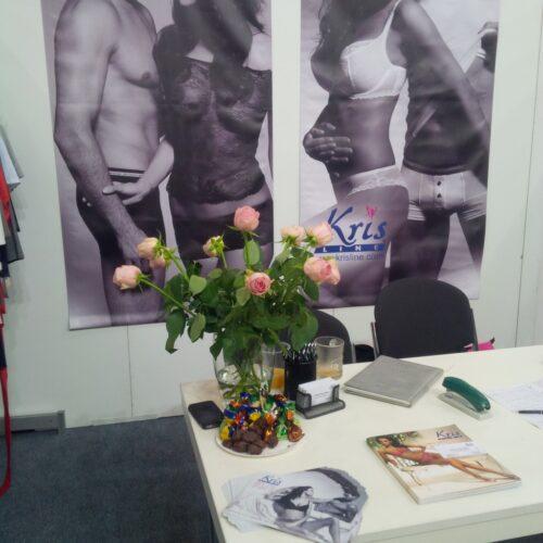 Krisline begrüßt die Messebesucher*innen mit Rosen